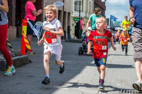 Herman Fredheim (6) fra Fredrikstad og Sander Danielsen (6) fra Fossum løp det 800 meter lange barneløpet i sentrum.