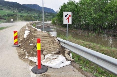Det er nå bygd flomvollved E6  i Fåvang og håpet er at bedriftene  i Fåvangområdet skal unngå flomskader.