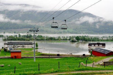 STORE SKADER: Flommen har igjen ført til omfattende skader for Kvitfjell alpinanlegg. ? Nå må vi sette inn tiltak og bygge lokalt flomvern, sier daglig leder i alpinanlegget, Odd Stensrud. Foto: Kristin Veskje