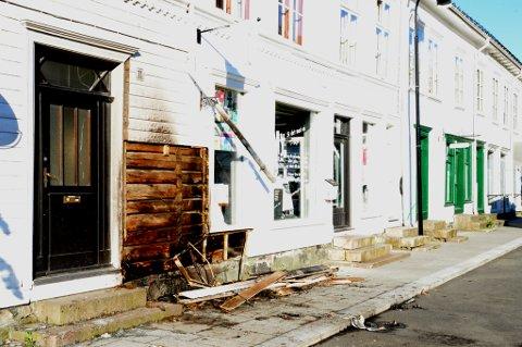 Slik så det ut der det ble påsatt en brann i Risør sentrum i mai i år.