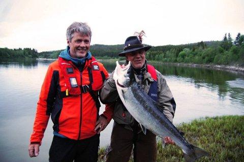 En stolt fisker Knut Strandbråten og roer Rune Aardal kom på land med en laks på 8,5 kilo.