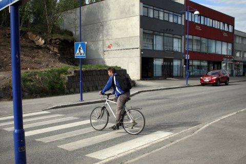ULYKKESTEDET: I dette fotgjengerfeltet ble syklisten påkjørt og skadd.