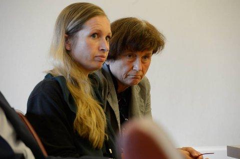 Oddny Miljeteig (SV) og Julie Andersland (V) fulgte med på pressekonferansen.