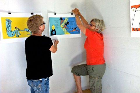 Elin Schaug og Inger Løken monterer utstillingen til Kaia Dahle Nyhus.