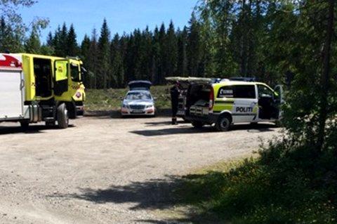 KLIPPET OPP BOM: Her er politiet og brannvesenet ikke langt fra funnstedet i nærheten av Ringdalsvegen i Gjerdrum. FOTO: ERLEND TORP-BRATAAS