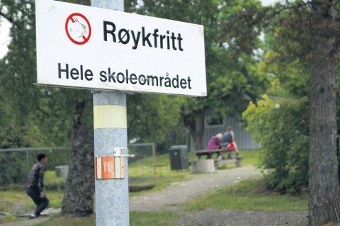 Det er totalforbud mot tobakk på norske skoler. Dette skiltet er fra Grevlingen skole og vil forhåpentligvis føre til enda færre røykere. Det er bra.