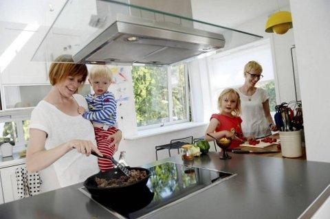Økologisk og energiøkonomisk: Middag hjemme hos Trude Iversen (bak) og Oline Skjåk lages for det meste fra bunnen. I dag står hjemmelaget taco på menyen. Det liker barna Jens (2 1/2) og Kaja (5 1/2) veldig godt.
