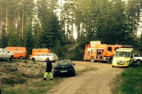 JOBBE RPÅ SPRENG: Store styrker fra brannvesenet er på plass i skogen. FOTO: LARS LIER