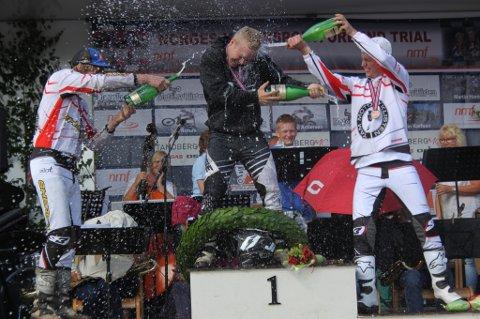 Håkon Pedersen fra Bergen (i midten) kunne juble for sin første NM-tittel. Her flankert av sølvvinner Ole Kristian Sørensen (til venstre) fra Flostad og Eiker Trialklubbs Vegard Andersen.