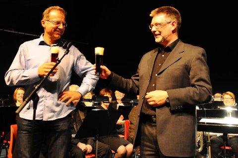 Foredragsholder Gustav Jørgensen og dirigent Stein Åge Sørlie i Frei Hornmusikk kan skåle for et godt samarbeid.