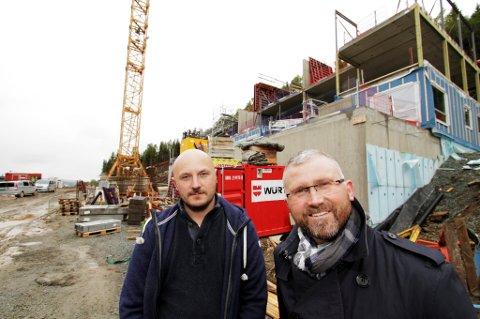 - INGEN BOBLE: Tom Erik Olufsen (til venstre) i Mæhlen Eiendom og Ivar Nerdal i Sne Eiendomsmegling er henholdsvis utbygger og selger i Gammelgård-prosjektet i Tromsø. 350 boenheter reises på tomten, og alt skal være ferdigstilt om tre år. - Det er naturlig at vi har interesse av en prisvekst, sier Nerdal.