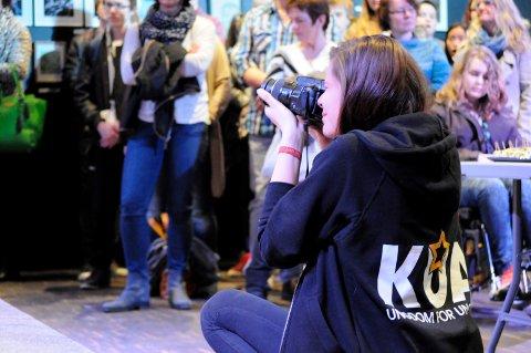 ARRANGERES: Nettredaksjonen skal også driftes av ungdommer. Her tar Frida Sofie Abelsnes (19) bilder til UKMs nettsider.