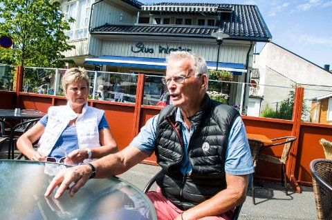 ? Nok er nok: Tua Sundsten og Gunnar Grimstad er oppgitt over at de enda en sommer taper penger på at potensielle kunder ikke finner ledig parkering i Stavern sentrum.Foto: Lasse Nordheim