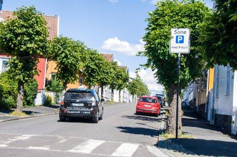 Kun for beboere: Boligsoneparkeringen gjør det vanskelig for besøkende å finne parkeringsplass i Stavern sentrum. Jan Birger Løken (innfelt) mener situasjonen kunne vært langt bedre om Høyres forslag hadde blitt vedtatt i mai.Arkivfoto: Lasse Nordheim