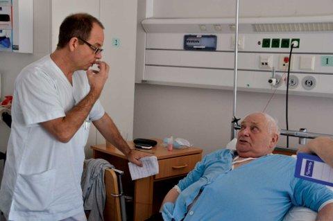 Visitt: Lege Jan Sørbo forklarer Ivar Nikolai Larsen hva sykehuset kan gjøre for å finne ut hva som feiler.  - Jo mer tabletter jeg får, jo dårligere blir jeg, sier Larsen.