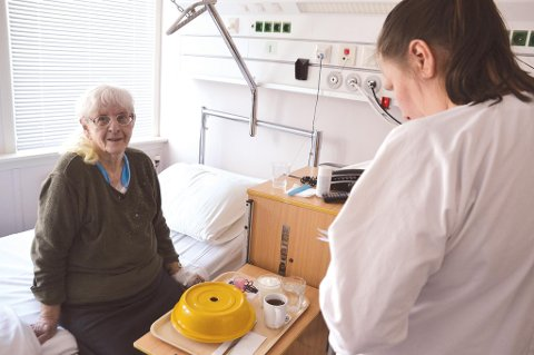 Trygg: - Det er så godt å ha en plass å gå til når man er syk, sier Karen Nygård fra Ostad til sykepleier Nina Markussen.
