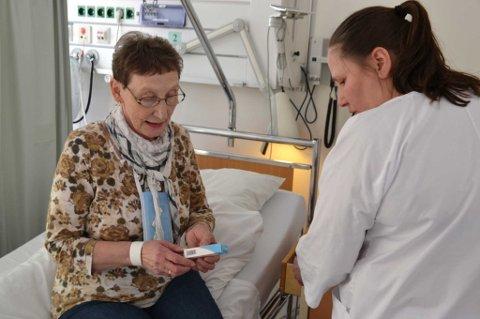 Medisin: Sykepleier Nina Markussen deler ut morgenens medisin til hjertepasient Ragnhild Hartviksen fra Hadselsand.