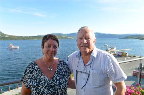 Siw-Karin og Egil Fagerheim fulgte dramatikken fra altanen sin. Der ble de vitne til at fritidsbåter kom til for å prøve å hjelpe.