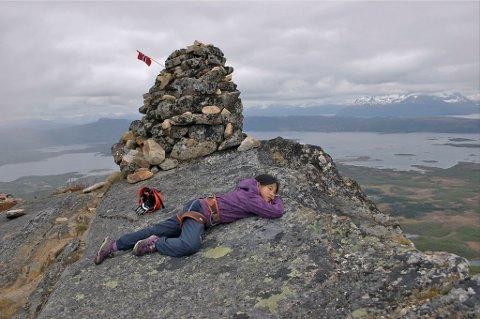 Kajsa Charlotte beseiret toppen og kan utslitt nyte utsikten.