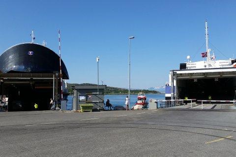 MF Barøy fikk motorstopp like før ankomst til fergeleiet på Bognes. I 15.30-tiden ligger den til kai og er blitt tømt for biler og passasjerer.