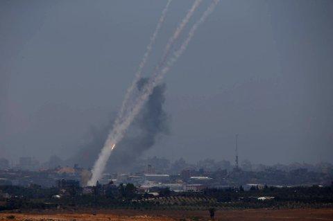 Minst seks mennesker ble drept i nye israelske angrep på Gazastripen natt til fredag, ifølge palestinsk helsepersonell.