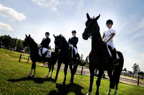 Inga Traustadóttir (19), Elisabeth Mosengen Tjernseth (18) og Silje Marie Venåsen (25) har fått oppleve dressurfestival på hjemmebane. Over 225 startende ekvipasjer og over 100 oppstallede hester var med i helgen.
