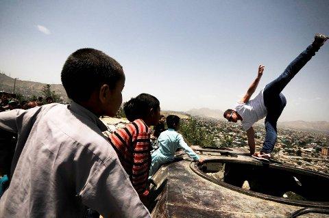 Daniel Grindeland på Wasir Akbar Shah-høyden. Det tok ham bare sekunder å oppnå kontakt med barna. Han ble mottatt som en popstjerne.