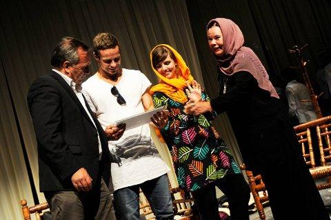 Dramaturg Terje Lindberg, Daniel, scenograf Tora Troe og Rhine Skaanes er med å bygge opp teaterfaget ved universitetet i Kabul og ble hedret for det.