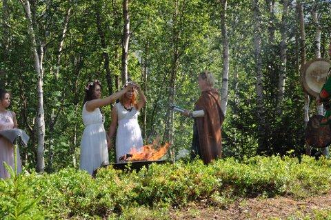 SJAMANISME: Christine og Iselin giftet seg på sjamanistisk vis. Dette bildet ble tatt under vielsen.