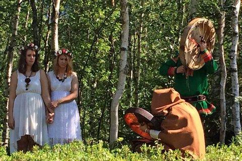 SEREMONI: Iselin og Christine valgte å gifte seg sjamanistisk. Dette bildet ble tatt under vielsen.