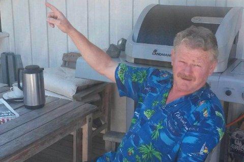 Kai Vangen på verandaen hvor han så lysglimtet mandag.