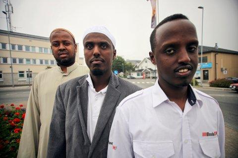 Reagerer. Somaliske muslimer i Bodø i reagerer på at en terrorgruppe skal ha tidfestet et angrep på Norge til den helligste dagen i året, Id. Id representerer respekt og medmenneskelighet, ikke terror og trusler, sier de til AN. Bak fra venstre: Yasin Ali Sadiq, Jirde Ali Abdi og Abdiasis Mohamud Hussein.