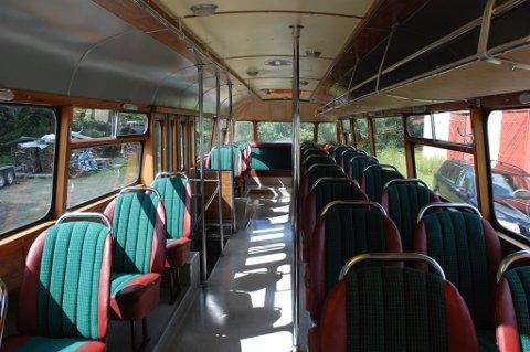 Per Arne Granum forteller at det var standard på gamle skolebusser å ha én seterekke til høyre, og to til venstre.