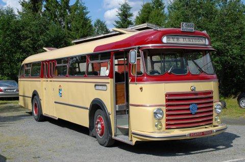 Dette er en gammel bybuss som gikk i rute fra 1. august 1957. I 1998 tok Vestoppland Bussveteran på seg arbeidet med å restaurere den. Per Arne Granum forteller at de har brukt rundt 6000 timer og 6 år på å sette den i stand.