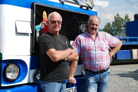 Odd Ekeberg fra Rygge og Nils Magne Gjeitnes fra Hundorp koste seg på årets treff. Her står de foran Nils Magnes Volvo F88 fra 1976.