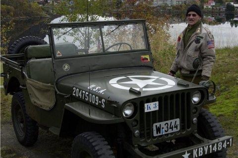 Eier Tore Filipowicz i Kabelvåg tar Willys jeep med seg til veterantreff på Finnsnes, men begge drar med Hurtigruten fra Svolvær.