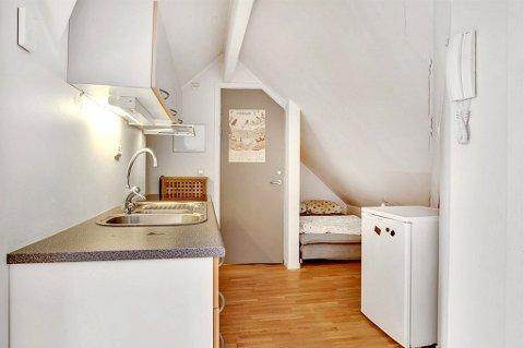 LITEN: Kjøkken og soverom er slått sammen. Megler Jarle Solbakken håper imidlertid at boblebad, treningsrom i kjelleren og vannbåren varme vil rettferdiggjøre prisantydningen.