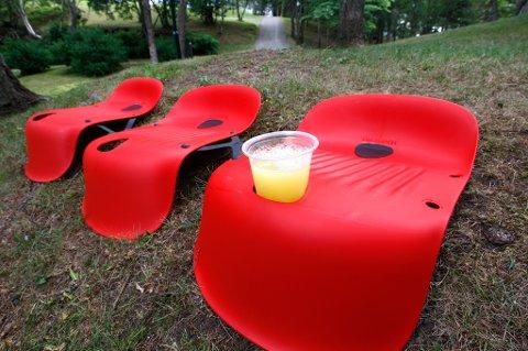 Plass til drikkeglasset. Disse stolene er satt sammen som en tribuneløsning. ? Jeg har selvsagt også  tenkt på at det skal være plass til å sette fra seg både store og små glass i stolen, sier gründeren.