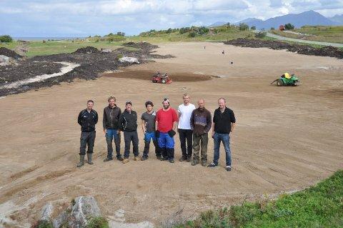 Fra venstre: Jeremy Mulvihill (arbeidsleder/head greenkeeper), Petr Pancochar (maskinkjører), Jake McTavish (shaper), Luis Lopes (maskinkjører), Andre Molteberg (maskinkjører), Jan Honza Kaspar (maskinkjører), Iain Ward (finisher), og Frode Hov (byggeleder/daglig leder Lofoten Golf Links) ved greenen til hull 18 på Lofoten Golf Links. Thor Stensvold (maskinkjører/greenkeeper), Michal Eichler (maskinkjører) og Kristin Krane (maskinkjører) var ikke til stede da bildet ble tatt.Foto: Kristian Rothli