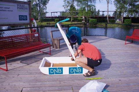 Hjalp til: Til tross for at DNB og Folkeparkens venner stiller med to båter i konkurransen, hjelper de til hvis det trengs.