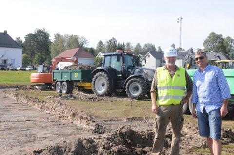 Fredag startet byggearbeidene til den nye hallen i Søndre Høland. ? Dette blir et løft for både SHIUL og hele lokalmiljøet, sier byggeleder Jan Rune Fjeld (t.v.). Leder av SHIUL, Raymond Hesthaug, gleder seg over at man endelig kan komme i gang etter en lang prosess fra de første planene ble lansert.