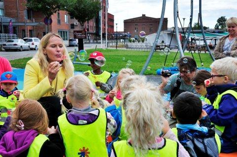 VEL BLÅST: Ordfører Hedda Foss Five fikk med seg barn fra Falkum barnehage under den offisielle åpningen av aktivitetsparken. Det tok ikke lang tid før barna var høyt og lavt i apparatene.