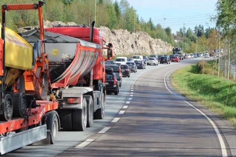 KØER: Det er lange køer på riksvei 4 ved Hagantunnelen. Tunnelen vil være stengt i flere timer.