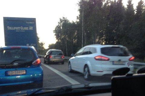 FREKT: Flere av bilistene som sto i kø etter et trafikkuhell på E6 valgte å snike forbi køen i havarifeltet. FOTO: REMI PRESTTUN