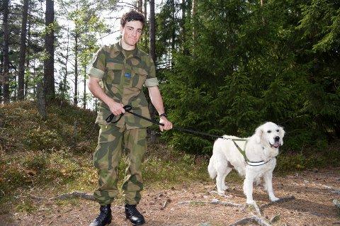 Høye ambisjoner: Omar Christoffer Mourad søkte som lærling i januar, og ønsker å bli hundefører. Her sammen med hunden Fanny.