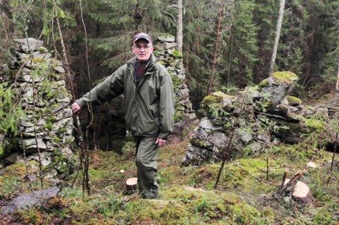 Leder Tore Ødegaard i Setskog Historielag ønsker alle hjertelig velkommen til en historisk vandring på Aamot førstkommende søndag. Her er han ved ruinene av saga på Aamot.