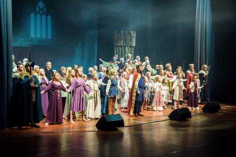 Stor Produksjon: Mange aktører var på scenen da musikalen Håkon Håkonsson ble satt opp på Oseberg kulturhus i Tønsberg.