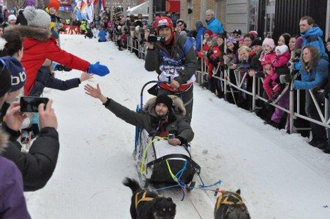 Lars Monsen har deltatt i Finnmarksløpet flere ganger. Her har han en annen profilert NRK-mann i sleden på starten i vinter ? Leo Ajkic. Foto: Erlend Hykkerud