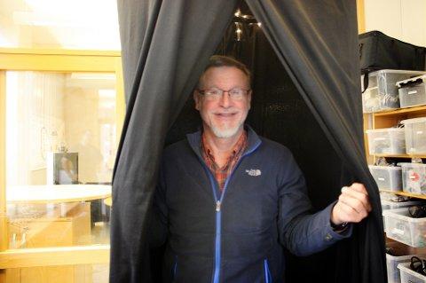 DEPRESJONSDUSJ: Nils Kolstrup viser fram dusjen.