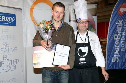 Tor Olav Lundal (t.v.) mottok prisen som viser at kjøttprodusenten Lundal Nord fikk førsteplassen i konkurransen Arktisk verdiskaping 2014.